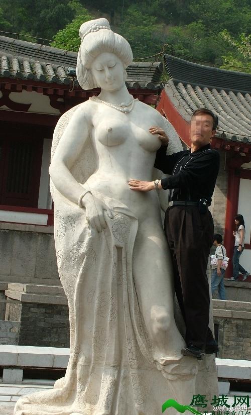 杨贵妃雕像遭游客袭胸胸部被摸光亮 称花了钱为何不能摸