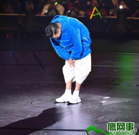 刘德华现场中止演唱会 哭着向现场观众鞠躬道歉