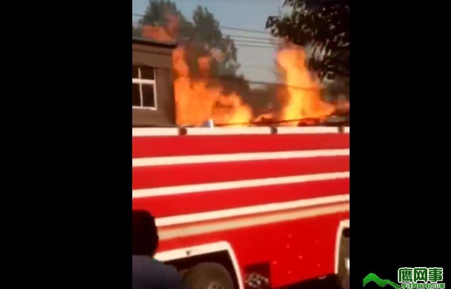 临颍杜曲镇木材厂发生火灾